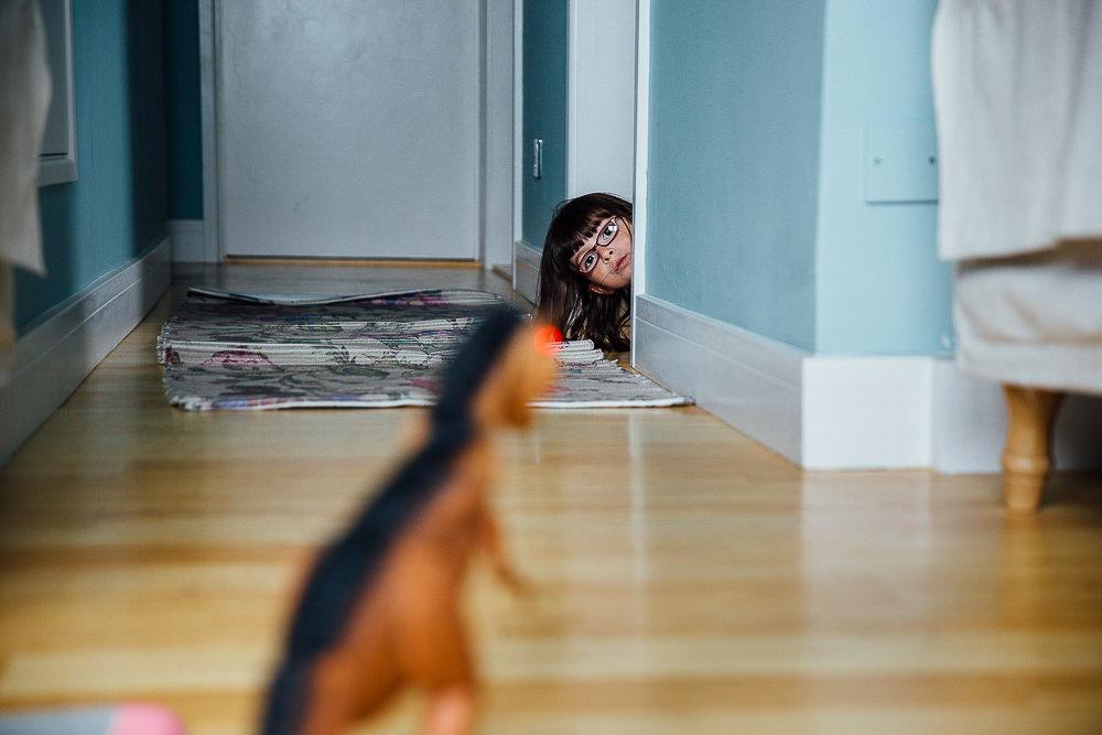 LITTLE GIRL SCARED OF TOY DINOSAUR - KENT FAMILY PHOTOGRAPHER