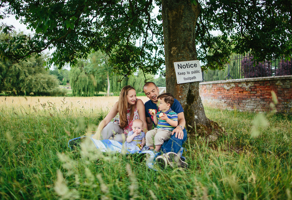 FAMILY PICNIC UNDER TREE IN GODMERSHAM, KENT - KENT FAMILY PHOTOGRAPHER