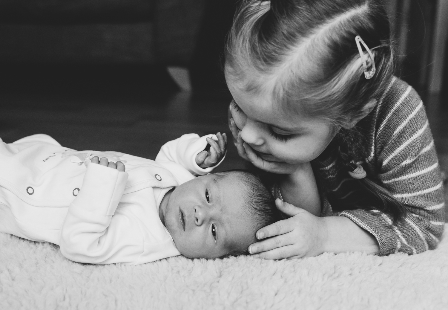 NEWBORN BABY PHOTOGRAPHY TIPS - BABY AND SISTER