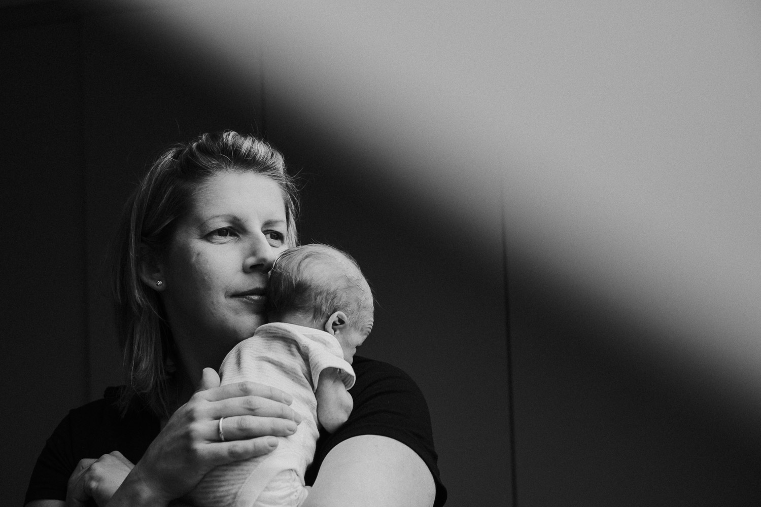 Ealing newborn photographer baby on mothers shoulder london baby photographer