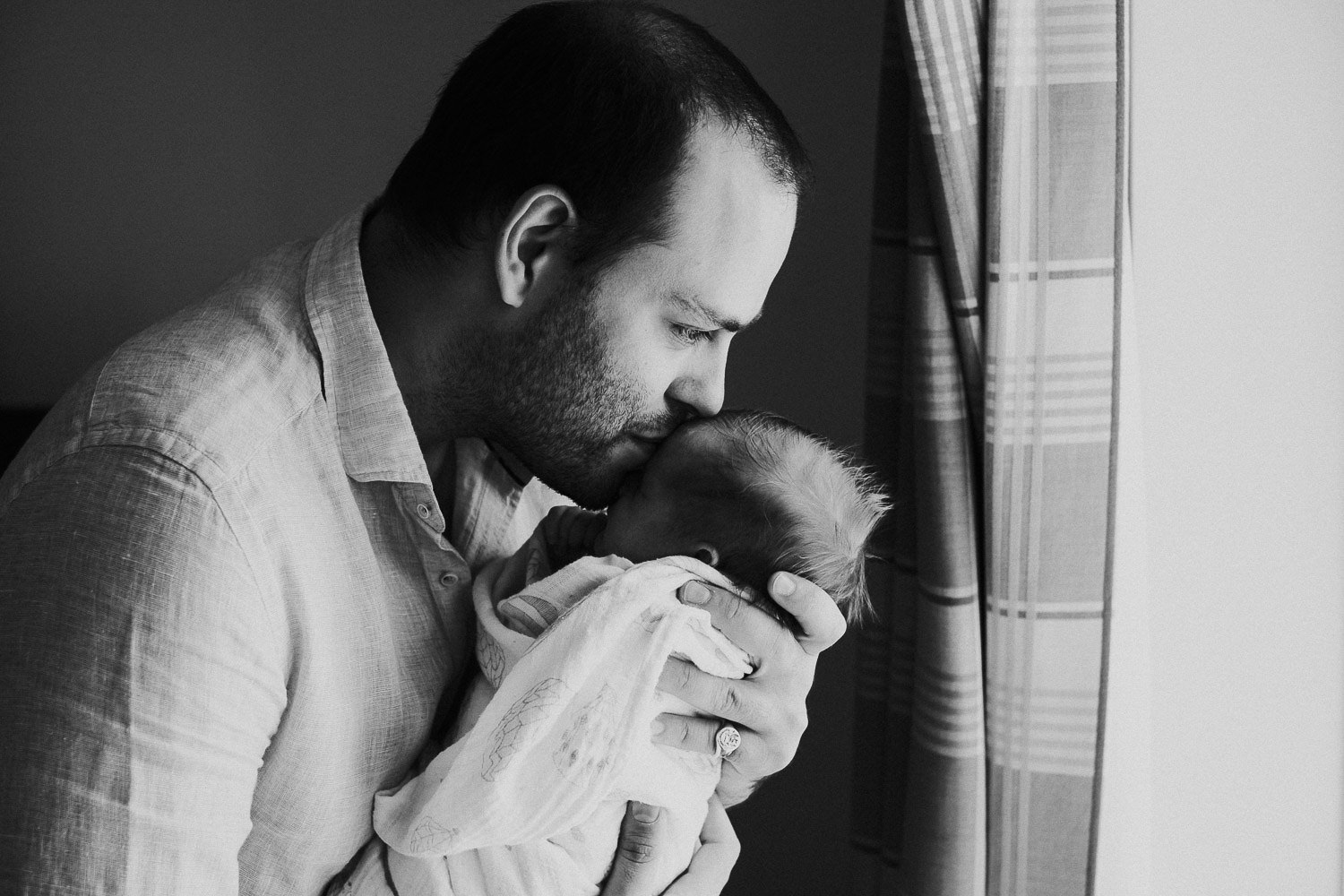 HANDSOME DAD AND NEWBORN BABY BLACK AND WHITE PHOTO FULHAM NEWBORN PHOTOGRAPHER