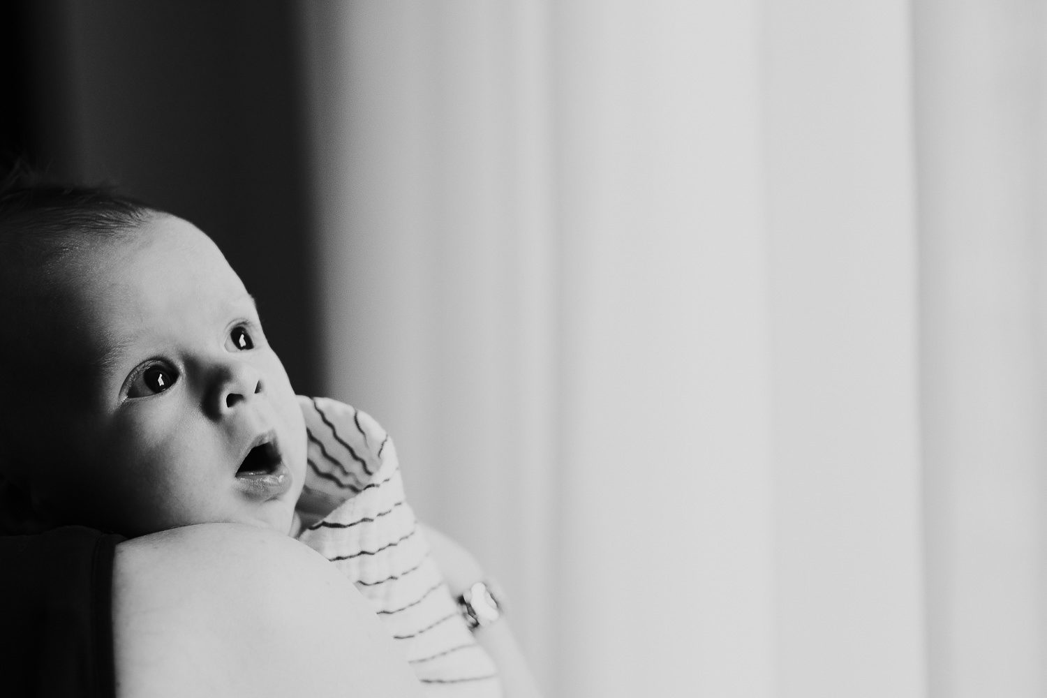 LONDON NEWBORN PHOTOS BABY ON MOTHERS SHOULDER NATURAL LIGHT PORTRAIT