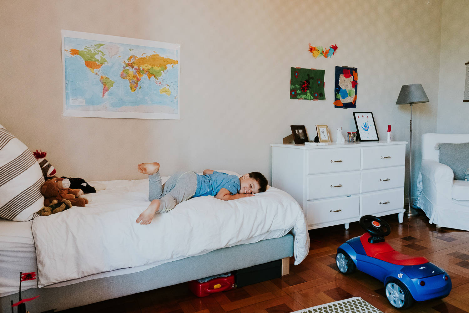 milan family photographer boy playing on bed