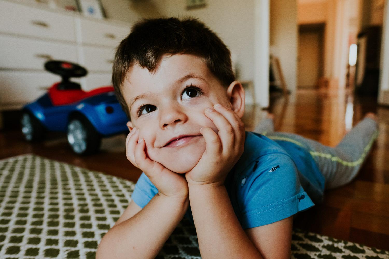 milan family photographer boy grinning lying on tummy