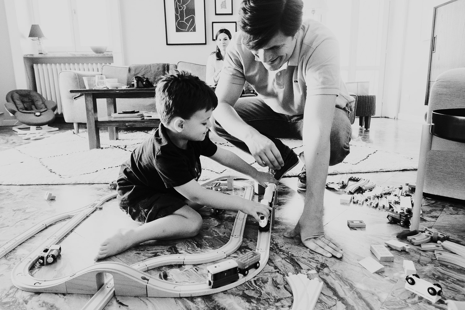 milan family photographer boy and dad father playing with toy trains