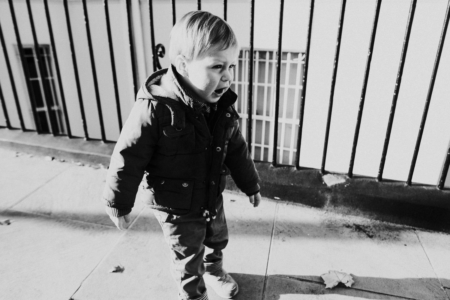 notting hill family photographer black and white shot of little boy on street