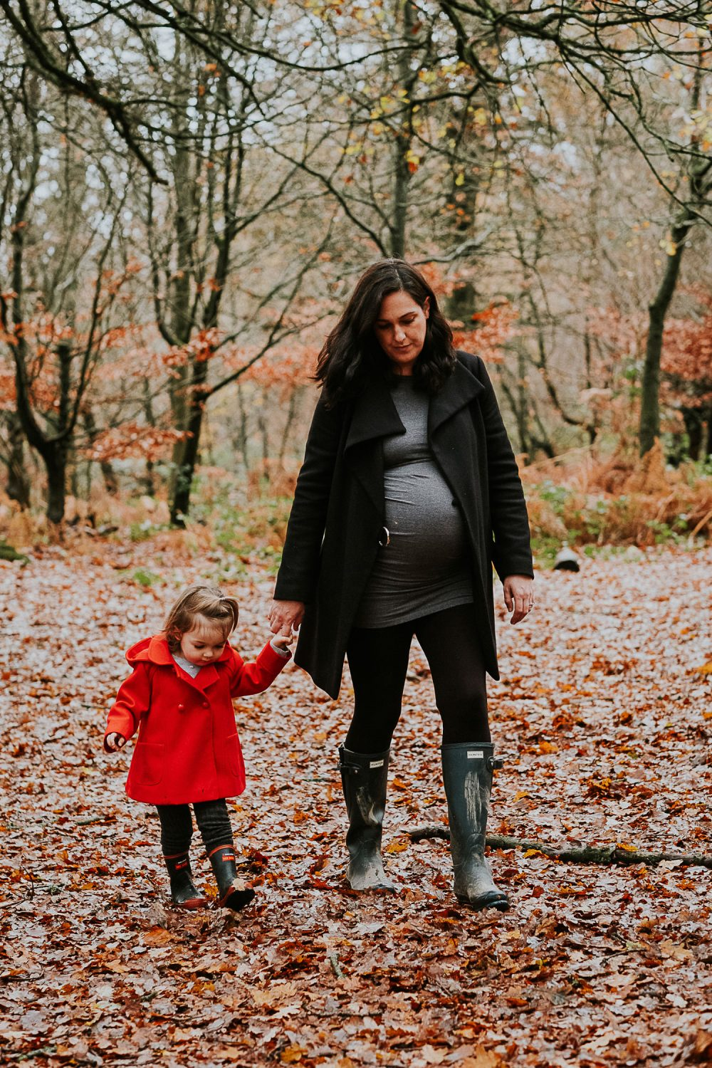 Surrey maternity photographer mum and daughter in woods