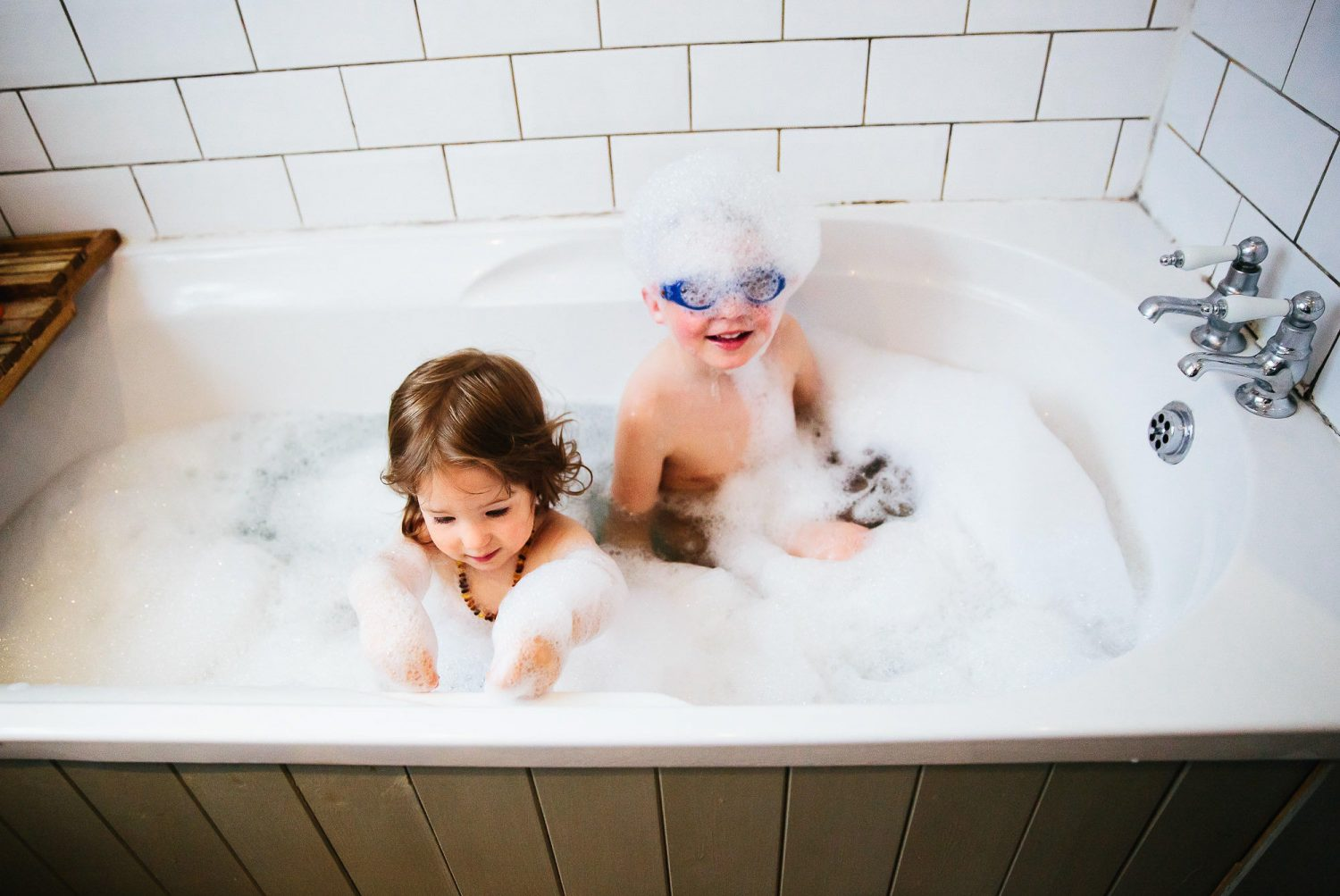 day in the life photography children playing in the bath with goggles on