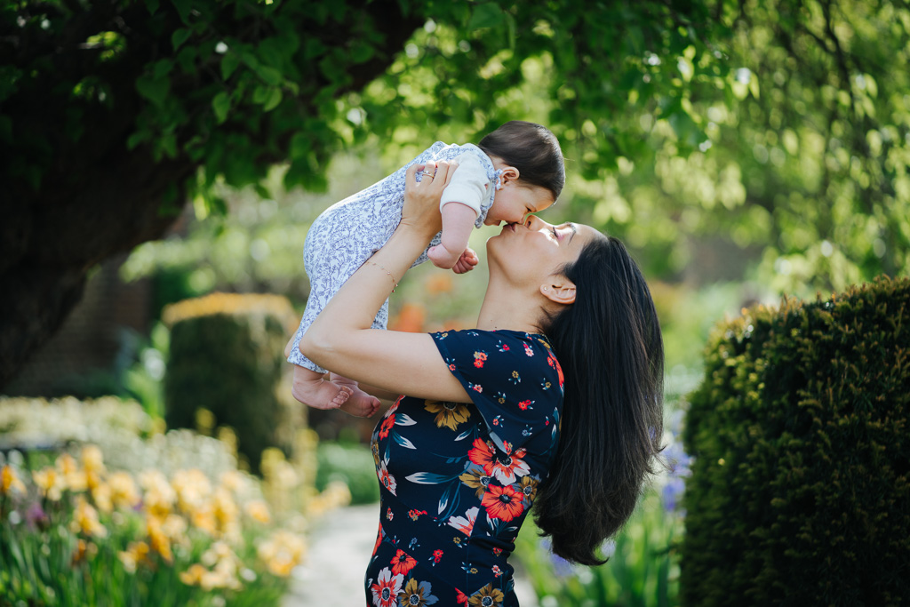 outdoor mini photo shoots in london mother and baby portrait kiss