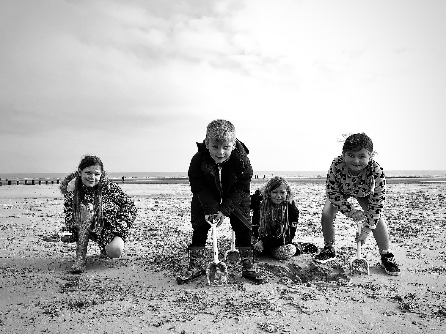 TAKE AWESOME IPHONE PHOTOS OF YOUR KIDS BLACK AND WHITE SIBLINGS BEACH SCENE SANDCASTLES