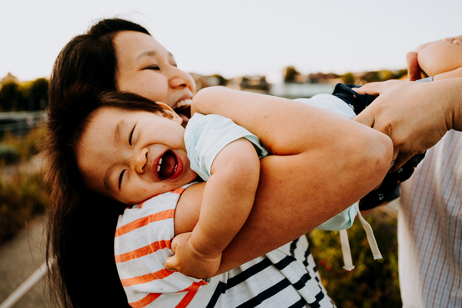 BOOKING A FAMILY PHOTO SESSION LITTLE BOY HUGGING MUM LAUGHING