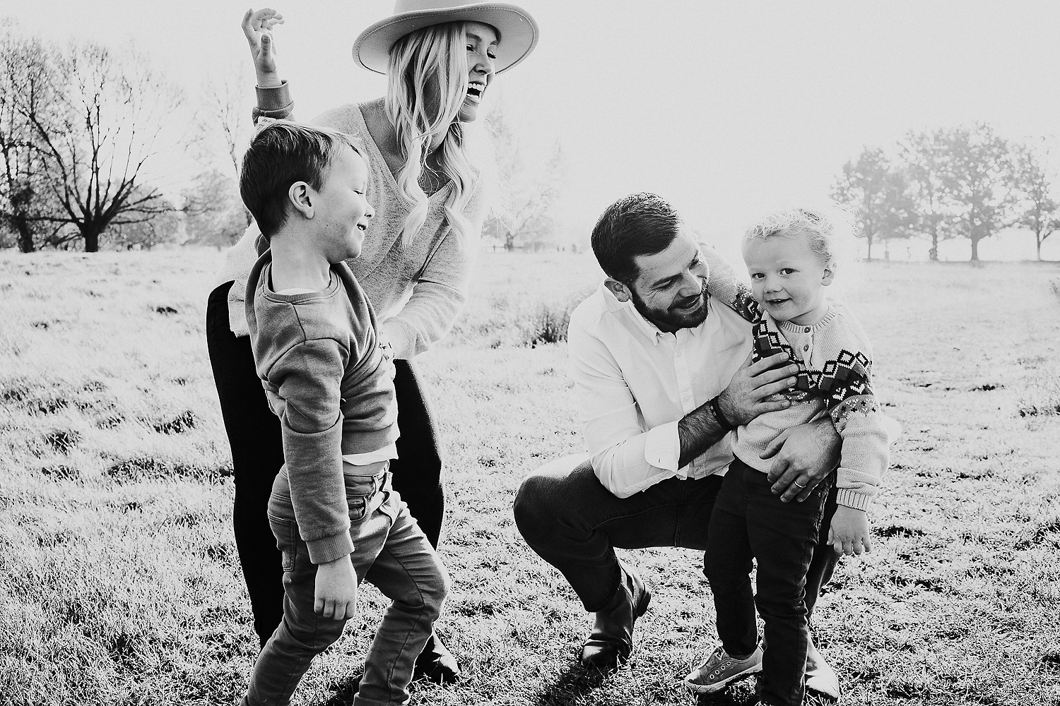 BOOKING A FAMILY PHOTO SESSION BLACK AND WHITE FAMILY PHOTO NATURAL LAUGHING